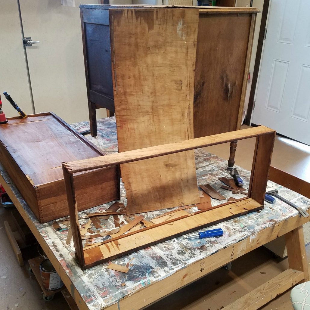 Repairing dresser draw is a bit challenging can can be done on a wood dresser. #dododsondesigns #veneerdamage #veneerremoval