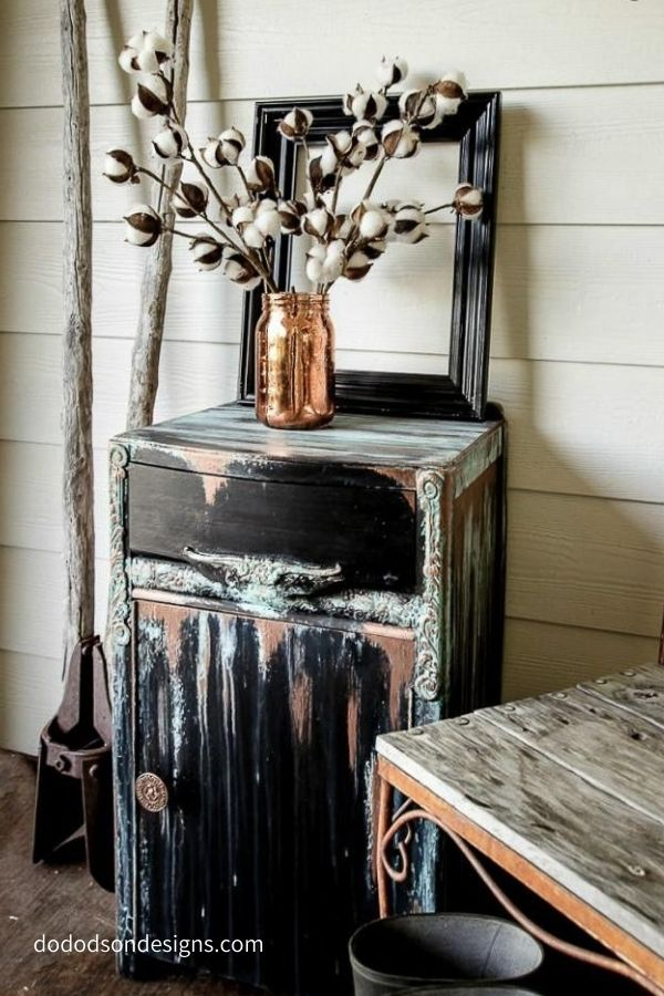 This amazing look was created by patina paint and gilding wax.