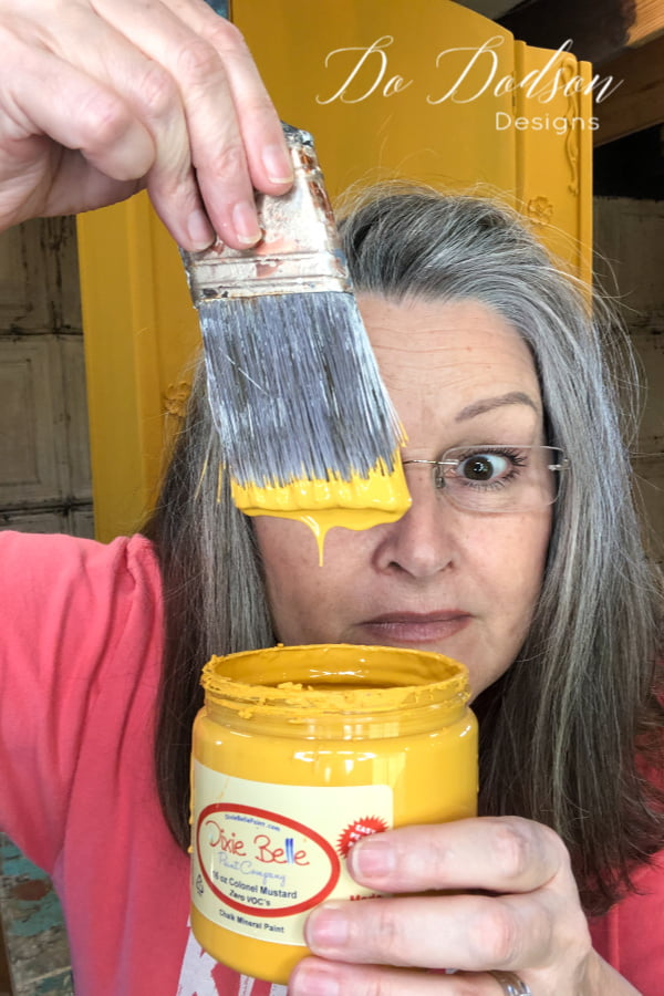Are you ready? Let's talk about chalk paint before we get started on today's subject of blending chalk paint. I have my favorite but it's up to you to try and see what works best for you. I like this one, but you probably knew that already.